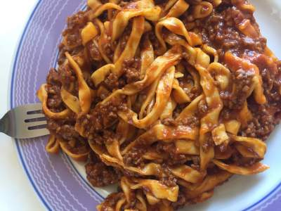spanish pasta with tomate and meat